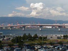 ポートライナーに乗り、ホテルへと移動します。 今回の旅で、神戸空港は関西国際空港と同じ大阪湾にある事を知りました・・・ 最初は大阪市内へ行く予定だったので、関空を利用するかどうかで迷いましたが 神戸空港は三宮にもアクセスが良く、とても便利だと思いました。