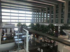 ノボテル バンコク スワンナプーム エアポートから 歩いて空港へ向かい