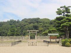 まずは堺市博物館の前にある仁徳天皇陵へ。 あまりに巨大すぎて森にしか見えません。