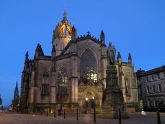 王冠の形をした尖塔が印象的なゴシック様式のセント・ジャイルズ大聖堂。