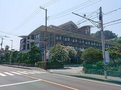 13:10 鎌倉パークホテル  道路の右側に見えるのが、お目当てのレストランがある「鎌倉パークホテル」です。ホテルに到着。