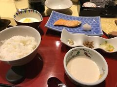 ホテルで朝食。 朝夕の食事がチェックイン時までわからないプランでしたが、 夕食は洋食、朝食は和食となっていました。 納豆・生卵・海苔はワゴンサービスで回ってくれます。