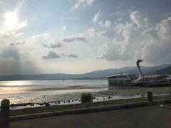 荷物を片付けて諏訪湖を散策に出かけます。夕日をバックにとてもきれいでした。
