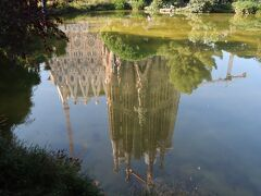 そして、ジャーン! どうですか!美しすぎる「逆さだファミリア」の姿。 風もなく、朝の柔なかな光を受けて池に映る姿…絶好の姿となりました。 リベンジした甲斐大いにありでした~