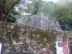 山の斜面をのぼるように築かれた珍しい石垣、登り石垣