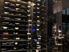 場所はフロント階と同じ16階にあります。レストラン入り口では、ワイン棚が迎えてくれます。