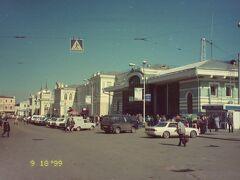 市の中心部とはアンガラ川を挟んで反対側にある、シベリア鉄道イルクーツク駅にやってきた。