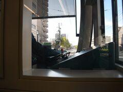 車両は「GREEN MOVER LEX」でした。  一番前に座れましたが、こんな感じで視界は狭いです。