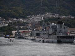 """軍港巡りの船(左の小さいやつ)と護衛艦""""あぶくま""""(左奥)、護衛艦""""いなづま(右奥)、""""補給船""""とわだ""""(右手前)です。"""