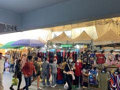 では   まずは ショッピング パラダイス   「プラトゥーナム 市場」へ