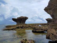 """もう一か所天ぷらを食べに奥武島へ おくたけ島だとばかり思っていましたが、これで「おうじま」と読みます。 沖縄本島と橋でつながっている周囲1,600m程の小さな島ですが、ここは""""祈りの島""""と呼ばれていて、たくさんの拝所があります。"""