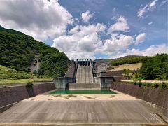 こちらの公園からは、三保ダムを下から見られます。このアングルでダムを見たことはあまりない気がします。なかなかの迫力!放水する時はどんな風に見えるのかしら。