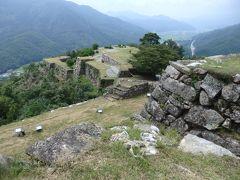 竹田城跡の石垣は、大小さまざまな石材を組み合わせる「野面積み」という石積み技法が使われており、近江(現、滋賀県)の穴太衆(あのうしゅう)と呼ばれる石工集団により築かれたと言われています。 (ウエブサイトより)