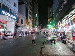 続いて、このナイトツアーでは「ベンタイン市場」に案内されます。 昼は屋内で、夜は外で市場が開かれてるとの説明がありました。