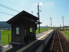 まわりが田んぼということもあって、シンプルさが際立つ棒線駅。