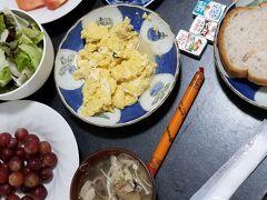 おはようございます 食器のバラエティーが無いと 毎日同じ料理のように見えますね(^^;  メニューはバクテーとサラダ 卵料理にブルーベリーヨーグルトとぶどう 関西人熱愛のポールウィンナーもあります お腹いっぱい^^
