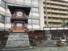 道後温泉駅前、道後商店街入口横の広場にはからくり時計と足湯があります