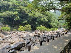 屋久島の西側『 大川(おおこ)の滝』へ。この通路のところまで原付で走っていいのかよくわからないけど、滝の真ん前まで原付で行っちゃいました!