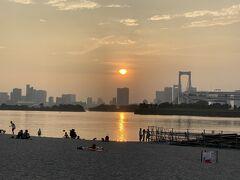 砂浜脇を歩いていると西の空に夕日を見ることが出来ました。