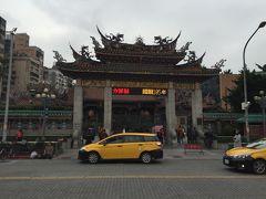 龍山寺に到着。 思ったより観光客はいなくて、地元の人が多かったと思います。