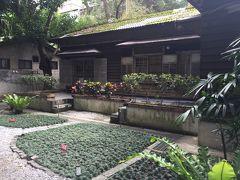 青田七六という、日本の古民家を活用した料理店へ。 料理は食べず、見学だけします。
