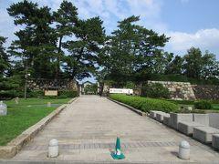 現在の高松駅前には廃藩置県まで高松城が置かれており、その跡は玉藻公園として市民の憩いの場となっています。