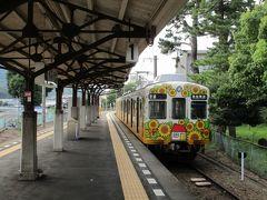 高松築港から約1時間ほどで、終点の琴電琴平駅に到着。 向日葵の広告ラッピングを纏った夏らしい電車と、大正末期の開業時からの味のあるホームの屋根の組み合わせがいいです。