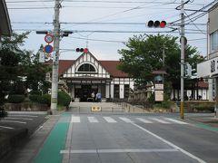 琴電琴平駅を出て東の方角にまっすぐ進むと、突き当たりがJR四国の琴平駅です。