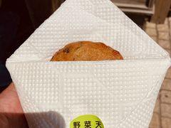 鈴木かまぼこ店で揚げたてのかまぼこを。