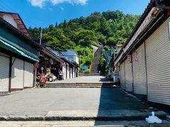 せっかく会津若松に来てるので、飯盛山にも行ってみます。  あらら、結構な石段が…( ゚д゚) 横に有料のエスカレーターがありますが、運動の為に自力で上りました。 暑いし、きつかったー。