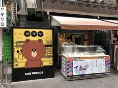 韓国ソウル・仁寺洞通りの写真。  傳統宮中茶菓「クルタレ(ミツタバ)」仁寺洞店に「LINE FRIENDS」 のブラウンの看板があります。