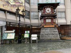 坊っちゃん列車や坊っちゃん時計なんかもあって 楽しい感じの駅です。 晴れてたらな~…。 この時計、カラクリ時計で一定時刻によって動くんですね。知りませんでした。 可愛い。