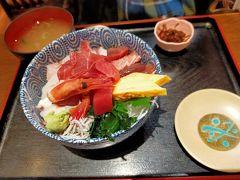 この日のランチは横須賀中央駅に近いこちらの市場食堂で。 注文したのは1日限定10食の市場海鮮丼とマグロの中トロ刺身定食、追加でアジフライ。 圧巻だったのが海鮮丼