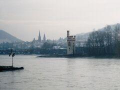 ねずみの塔は14世紀前半ごろに対岸のエーレンフェルス城の徴税能力を補うため、マインツ大司教によって築かれたとされている。