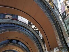 <上海新世界大丸百貨>  最上階から下を見ると・・・目が回る(笑)