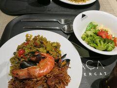 この日のディナーは、ホテルから5分ほどの「カタルーニャ広場」にあるデパート「エル・コルテ・イングレス」最上階にあるフードコートに行くことにしました。 ここは絶対オススメです。 和洋中、様々なお料理をブッフェスタイルで選び、最後にお会計をするシステム。もちろんパエリヤやトルティーヤなどのスペイン料理もあります。 これはシーフードパエリヤとパスタのパエリヤ、そしてサラダです。 いろんなものをちょこっと食べたい時や、相方と食べたいものが違う時などには、最適。難しいメニューを解読する必要もなし。目の前のものを指させばいいだけです。私たちが、この後の日程でもリピートしたことは言うまでもありません。  さぁ、明日はいよいよ列車に乗って、トレドへの2泊3日の旅です。 早く帰って荷造りしなくっちゃ!ってことで、4日目の足跡はこれにて終了。 次はトレドで~す。乞うご期待!  【旅日記編 5日目】 https://4travel.jp/travelogue/11643333
