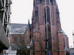 フランクフルトの旧市街レーマー広場の東側に、威風堂々とした赤褐色の「聖ハ?ルトロメウス大聖堂」の塔が空高く聳えます