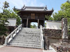 40番観自在寺は愛媛県の最初のお寺で、この寺から、目覚める、悟りを開く(菩提)の札所を巡り始めます。美しいリアス式海岸線を望みながら続く遍路はのんびり、おおらかで明るいです。