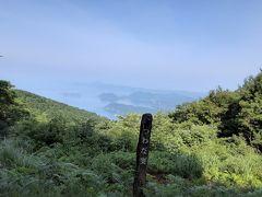 41番龍光寺へ向かう道は53キロのロード。しかも鉄道はなく歩きで進みます。柏坂の急こう配を登ると、つわな奥展望台からリアス式海岸と宇和海の絶景が眺望できました。