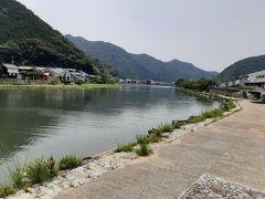 4時間半歩いて宇和島市に入りました。来村川沿いの道を進みます。