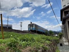 伊予大洲駅近くで、伊予灘の絶景路線を走るJR予讃線の列車と出会いました。