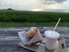 たくさん泳いだ後の苺ミルクとハンバーガー美味しかった☆☆☆   お腹が空いていたからなのか実際そうだったのか、空港店で以前食べた時よりも美味しく感じました。景色が良かったからかなぁ