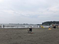 この日のビーチは片瀬東浜海水浴場 同じ湘南でもここのビーチで日焼けは、はじめて! 少し曇っていますが、そのくらいが丁度いいです みなさん距離をとって休んでますよ