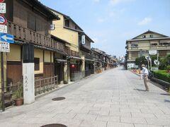 建仁寺の北の方へと歩き出します。 葦簀をかけた情緒ある家屋が並んでいます。