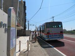 8月20日午後2時前。 逗子駅からの京急バスは長者ヶ崎バス停に到着。 近くの長者ヶ崎にはビーチもあります。