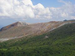 横手山は火山で有名な白根山の近くにあります。  その白根山は火山ガスの影響で駐停車禁止のため遠くから眺めるしかありません。