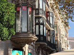 「グラシア通り」は、観光客が行き交う大通り。パリで言えばシャンゼリゼ、日本で言えば銀座通りにあたる、ちょっとハイクラスな雰囲気のある通りです。 かつては「イエスの道」という名前だったようですが、当時の中心部である城壁内のゴシック地区とグラシア地区を結ぶ通りとして1827年に道幅24メートルに拡張されました。そして、1854年に城壁が解体され、庭付き一戸建てが並ぶ通りとなったのですが、1888年のバルセロナ万博後に、これらの家は1階にショップがある4階建ての建物に変えられ、ブルジョアたちが有名建築家を招きお洒落な住宅を建てたり改修したりして、この界隈に集まってきたそうです。