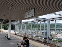 指宿枕崎線の谷山駅前でバスを降り、駅で時刻を確認すると、目的地の指宿行きの列車が来るのは約50分後、このとき、駅の中を含めて、猛暑を逃れられる場所は、無い状態。  指宿行きの前に、隣の慈眼寺行き、次にその先の喜入行きの2本が来るため、慈眼寺行きの列車内でクールダウン、慈眼寺駅で15分ほど辛抱し、喜入行きの列車内で再度クールダウンした後、喜入駅で20分ほど辛抱し、最終目的地の指宿に向かい、この猛暑をしのぐ事にしました。  とにかく、暑い! 長居したい場所で急かされ、長居したくない場所で長く待たされる…この世は理不尽なり(涙)