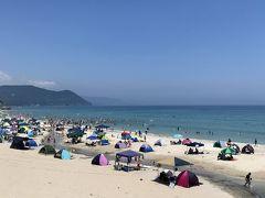 ビーチの砂の上にはソーシャルディスタンスを保つように、1グループ毎に使える区間がわかるように区間割りがされている。  Keep Social Distancing.