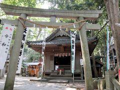 まずは、宇賀神社  食物を主宰する神様  階段を上りきったところのすぐにあります